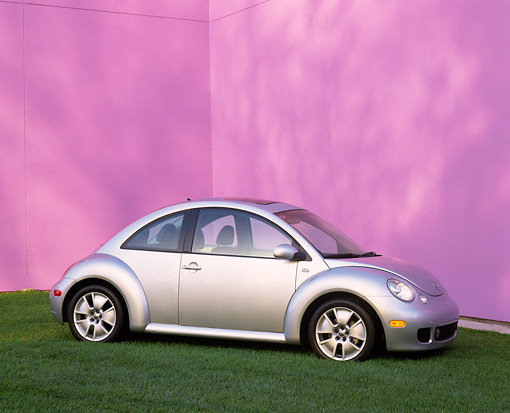 AUT 35 RK0168 01 © Kimball Stock 2002 Volkswagen New Beetle Turbo S Silver 3/4 Front View On Grass Purple Wall
