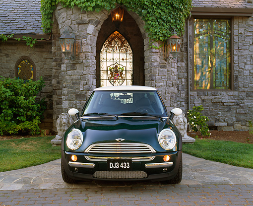 AUT 35 RK0233 01 © Kimball Stock 2002 Mini Cooper Green White Top Head On Shot In Front Of House On Driveway