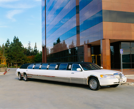 AUT 37 RK0006 02 © Kimball Stock 2000 Lincoln Town Car Limousine White 3/4 Front View By Building
