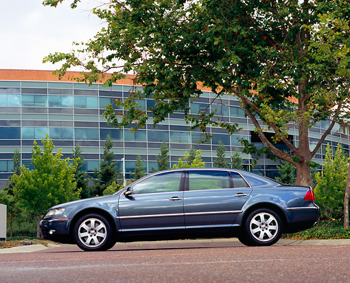 AUT 39 RK0236 01 © Kimball Stock 2004 Volkswagen Phaeton W12 Black Profile View On Pavement By Building