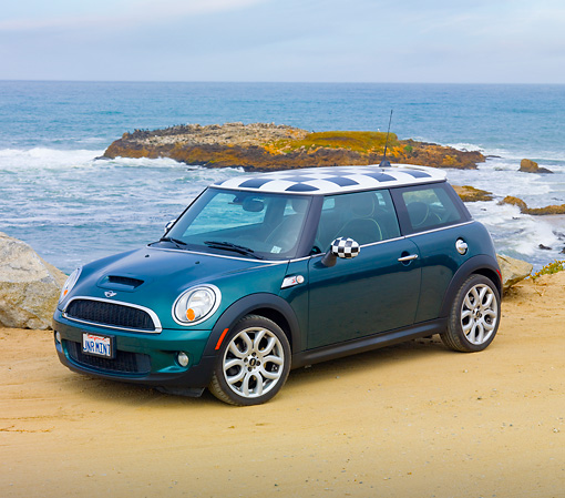 AUT 43 BK0013 01 © Kimball Stock 2007 Mini Cooper S Green And Checkered 3/4 Front View On Beach