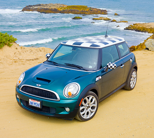 AUT 43 BK0014 01 © Kimball Stock 2007 Mini Cooper S Green And Checkered 3/4 Front View On Beach