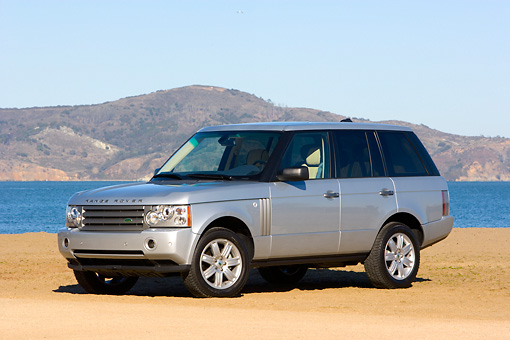 AUT 43 RK0160 01 © Kimball Stock 2008 Land Rover Range Rover Silver 3/4 Front View By Water Mountains
