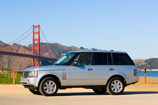 AUT 43 RK0161 01 © Kimball Stock 2008 Land Rover Range Rover Silver 3/4 Front View By Golden Gate Bridge
