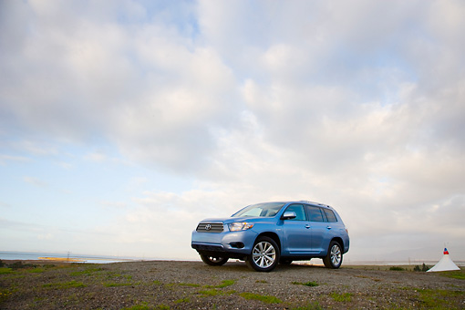 AUT 43 RK0190 01 © Kimball Stock 2008 Toyota Highlander Hybrid 4WD-i V6 Light Blue 3/4 Front View On Pavement