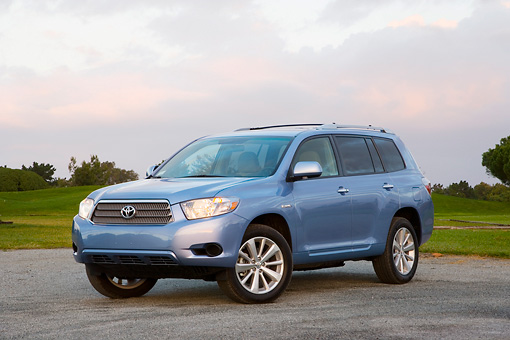 AUT 43 RK0191 01 © Kimball Stock 2008 Toyota Highlander Hybrid 4WD-i V6 Light Blue 3/4 Front View On Pavement