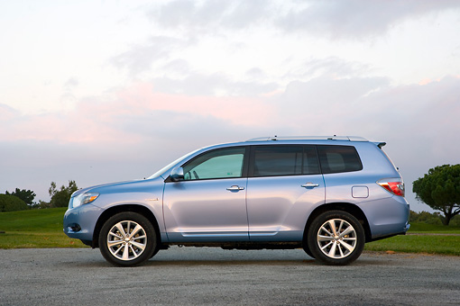 AUT 43 RK0194 01 © Kimball Stock 2008 Toyota Highlander Hybrid 4WD-i V6 Light Blue Profile View On Pavement