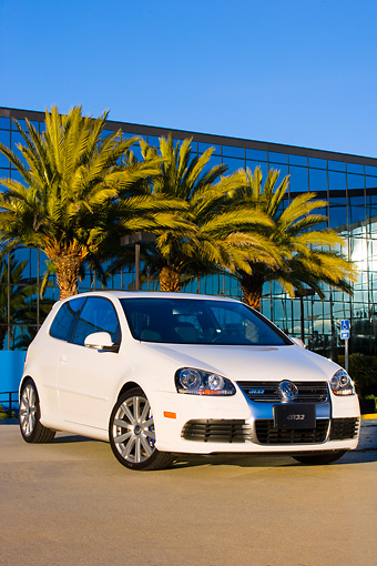 AUT 43 RK0202 01 © Kimball Stock 2008 Volkswagen R32 White 3/4 Front View By Building Palm Trees