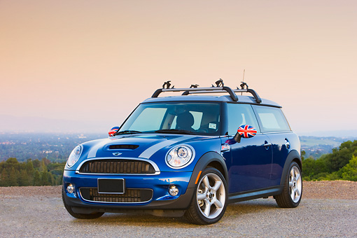 AUT 43 RK0267 01 © Kimball Stock 2008 Mini Cooper S Clubman Blue 3/4 Front View At Overlook