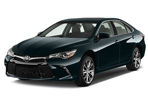 AUT 51 IZ0669 01 © Kimball Stock 2015 Toyota Camry 2.5 Auto SE 4-Door Sedan 3/4 Front View In Studio