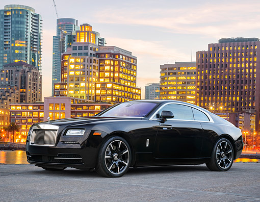 AUT 51 RK0095 01 © Kimball Stock 2015 Rolls-Royce Wraith 3/4 Front View On Bay By City