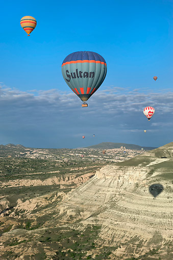 BAL 01 AC0001 01 © Kimball Stock Hot Air Balloons Flying Over Landscape In Cappadocia, Central Anatolia, Turkey