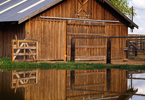 BKD 01 RK0011 01 © Kimball Stock Wooden Barn By Pond