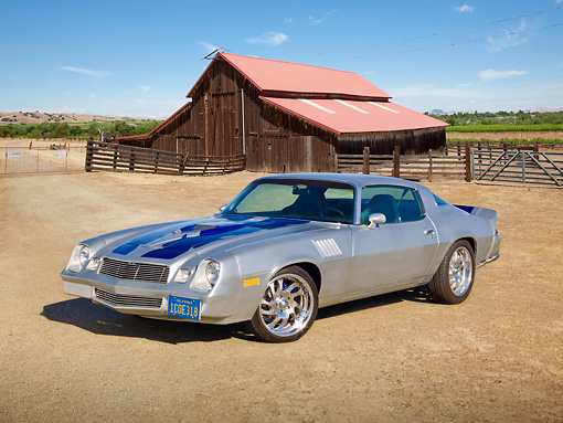 CAM 01 RK0237 01 © Kimball Stock 1978 Chevrolet Camaro Z-28 Silver With Blue Stripe 3/4 Front View On Dirt Road By Barn