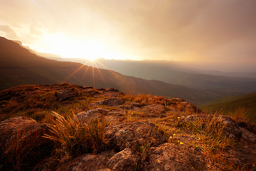 LAN 01 MH0090 01 © Kimball Stock Sun Setting Over Mountains In Royal Natal National Park, South Africa