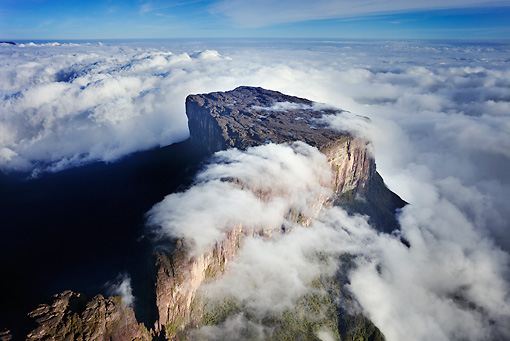 LAN 04 MH0003 01 © Kimball Stock Cloud-Covered Roraima Tepui Venezuela