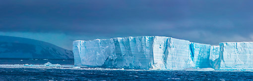 LAN 06 KH0014 01 © Kimball Stock Panoramic Of Tabular Iceberg At Hope Bay, Antarctic Peninsula