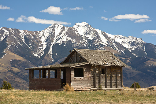 LAN 07 DS0007 01 © Kimball Stock Fly Fishing Cabin With Absaroka Mountains In Background In Paradise Valley, Montana