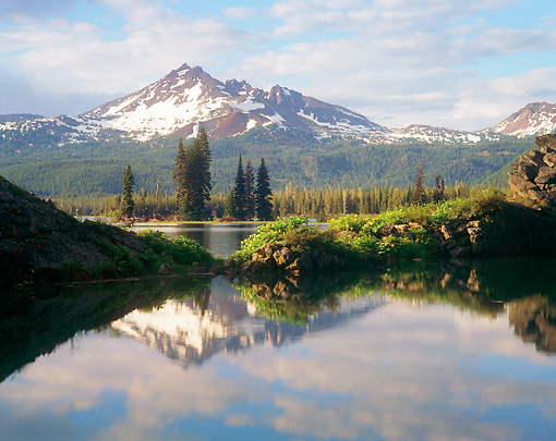 LAN 07 GR0013 01 © Kimball Stock Broken Top Mountain Reflected In Sparks Lake During Summer Deschutes National Forest, Oregon