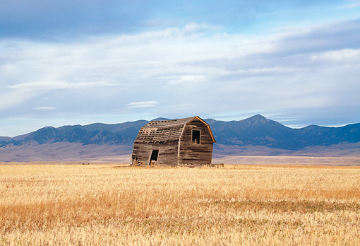 LAN 07 DS0001 01 © Kimball Stock Old Barn In Field By Mountains