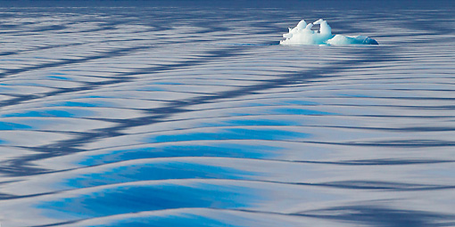 LAN 08 KH0075 01 © Kimball Stock Floating Ice And Waves In Svalbard, Norway