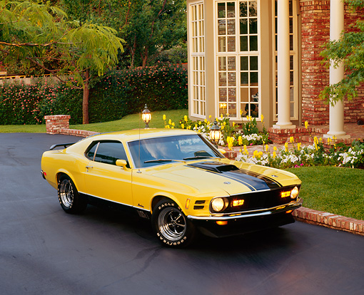 MST 01 RK0236 04 © Kimball Stock 1970 Ford Mustang Mach 1 Yellow Black Stripes 3/4 Front View On Pavement By House