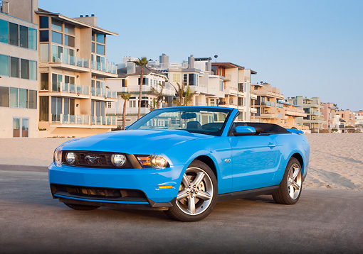 MST 01 RK1240 01 © Kimball Stock 2011 Ford Mustang GT Convertible Blue 3/4 Front View On Pavement By Beach Houses