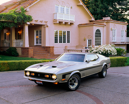 MST 01 RK0225 03 © Kimball Stock 1971 Ford Mustang Mach 1 Fastback Pewter Silver 3/4 Front View On Driveway