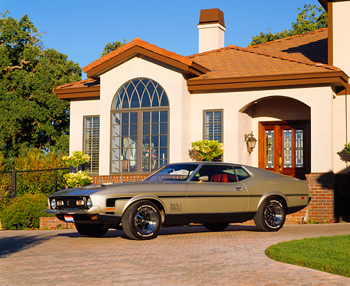 MST 01 RK0227 04 © Kimball Stock 1971 Ford Mustang Mach 1 Fastback Pewter Silver 3/4 Side View On Driveway