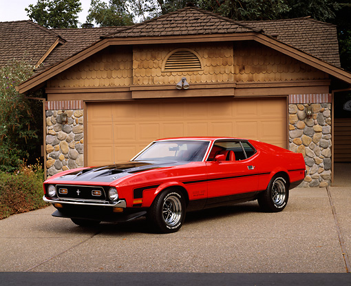 MST 01 RK0574 04 © Kimball Stock 1971 Ford Mustang 351 Red And Black 3/4 Front View On Driveway