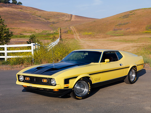 MST 01 RK0979 01 © Kimball Stock 1971 Ford Mustang Mach 1 351 Yellow 3/4 Front View On Pavement