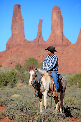PEO 04 AC0001 01 © Kimball Stock Navajo Cowboy Riding Mustang In Monument Valley, Utah, USA
