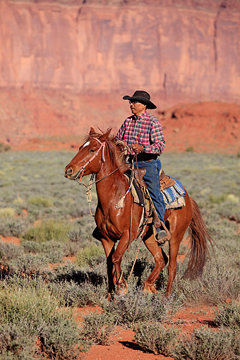 PEO 04 AC0003 01 © Kimball Stock Navajo Cowboy Riding Mustang In Monument Valley, Utah, USA