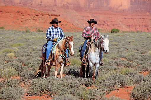 PEO 04 AC0005 01 © Kimball Stock Navajo Cowboys Riding Mustangs In Monument Valley, Utah, USA
