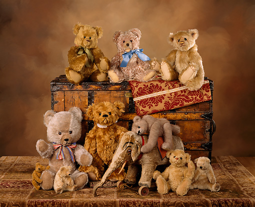 TED 01 RK0068 03 © Kimball Stock A Group Of Teddy Bears By Wooden Chest