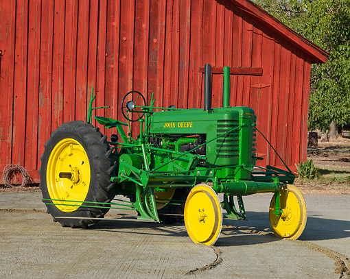 TRA 01 RK0237 01 © Kimball Stock 1947 John Deere G Tractor Green And Yellow 3/4 Side View On Dirt By Red Barn