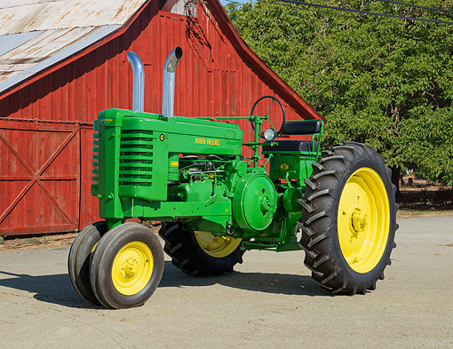 TRA 01 RK0322 01 © Kimball Stock 1948 John Deere G Tractor Green And Yellow 3/4 Side View On Gravel By Red Barn