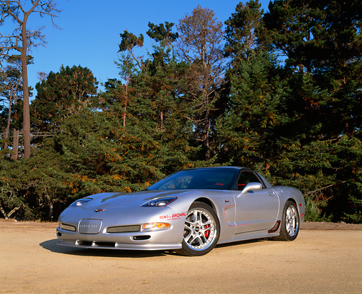 VET 01 RK0583 01 © Kimball Stock 2002 Chevrolet Corvette Z06 Silver 3/4 Low Front View On Pavement