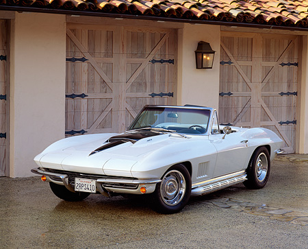 VET 03 RK0078 10 © Kimball Stock 1967 Chevrolet Corvette 427 Convertible White And Black Front 3/4 View By Garage