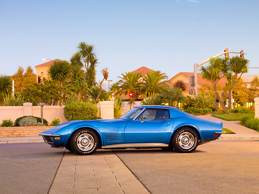 VET 05 RK0188 01 © Kimball Stock 1971 Chevrolet Corvette Stingray Blue Profile View On Pavement By Building And Palm Trees